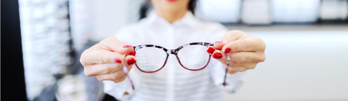 Onderhoudstips voor je bril. Hoe houd ik mijn bril mooi? Krassen op je brillenglas voorkomen. Hoe moet ik mijn bril reinigen?
